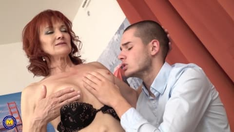 Une mature excitée à l'idée de baiser un jeunot