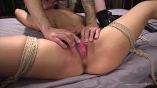 Gina valentina aime aussi le bondage