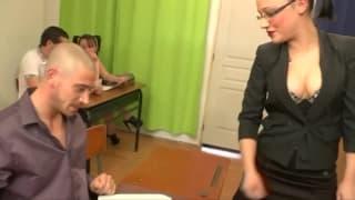 Une professeur se fait baiser sur son bureau