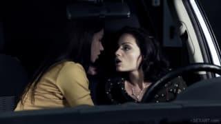 Sophie Lynx et Taylor Sands dans la voiture.
