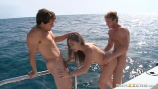 Super plan à trois sur un bateau au soleil