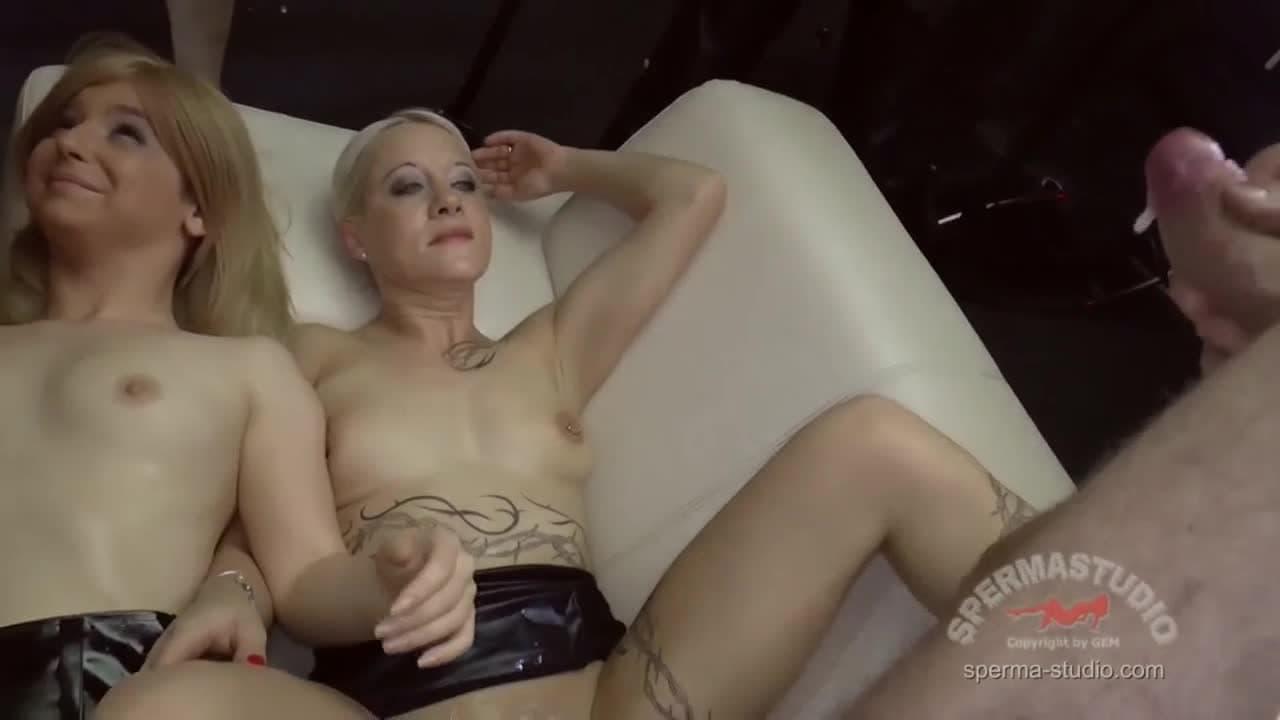 Femmes mûres sodomisées en partouze dans un bar