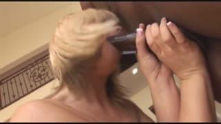 Grosse bite de black dans de la blonde et brune