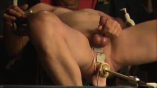 Session porno avec une fucking-machine à voir !