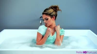 Athena Faris baise à coté de la baignoire