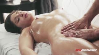 Abella Danger s'offre un massage exquis.