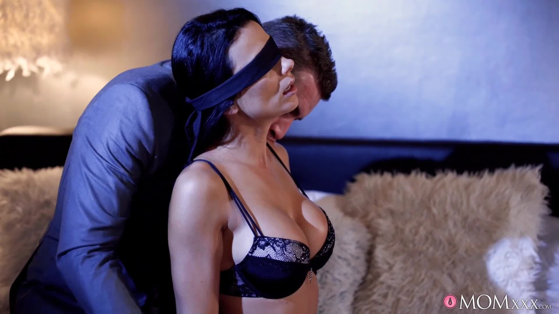 Une bonne milf brunette se fait baiser