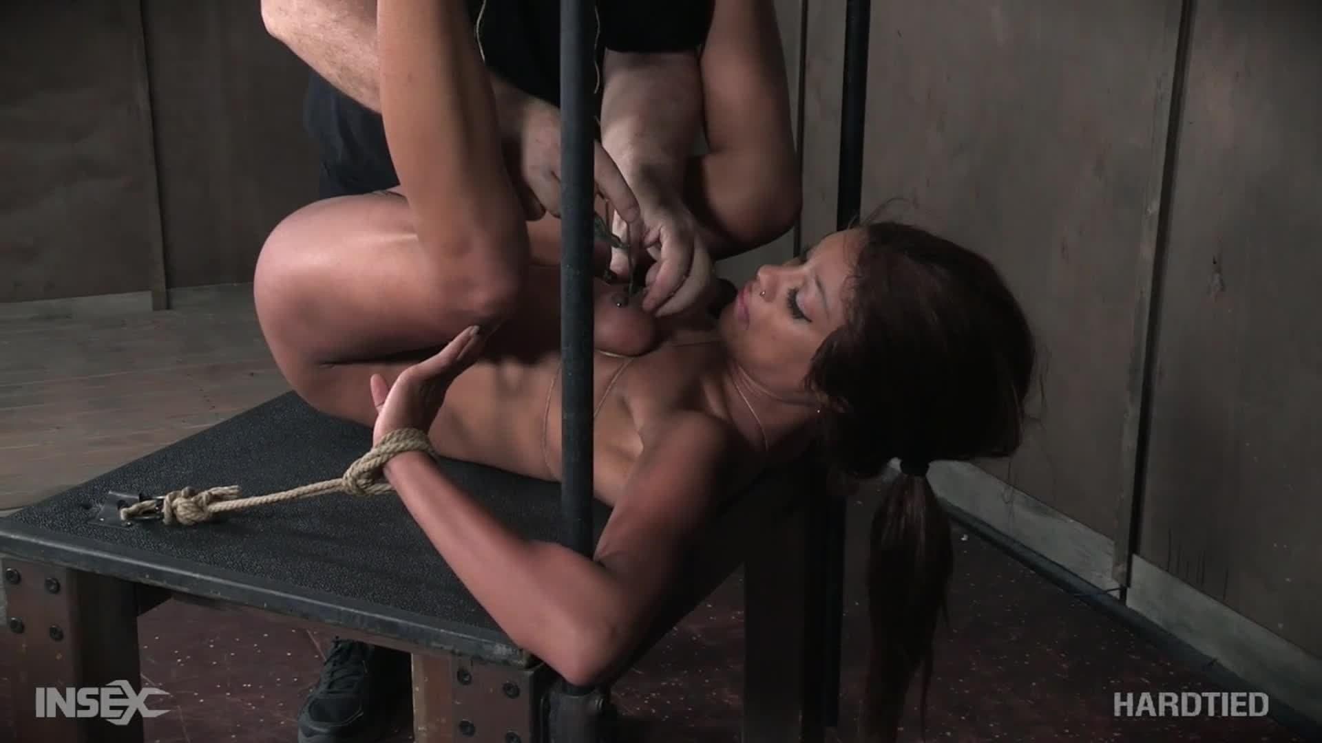 Une belle métisse dans une session bondage
