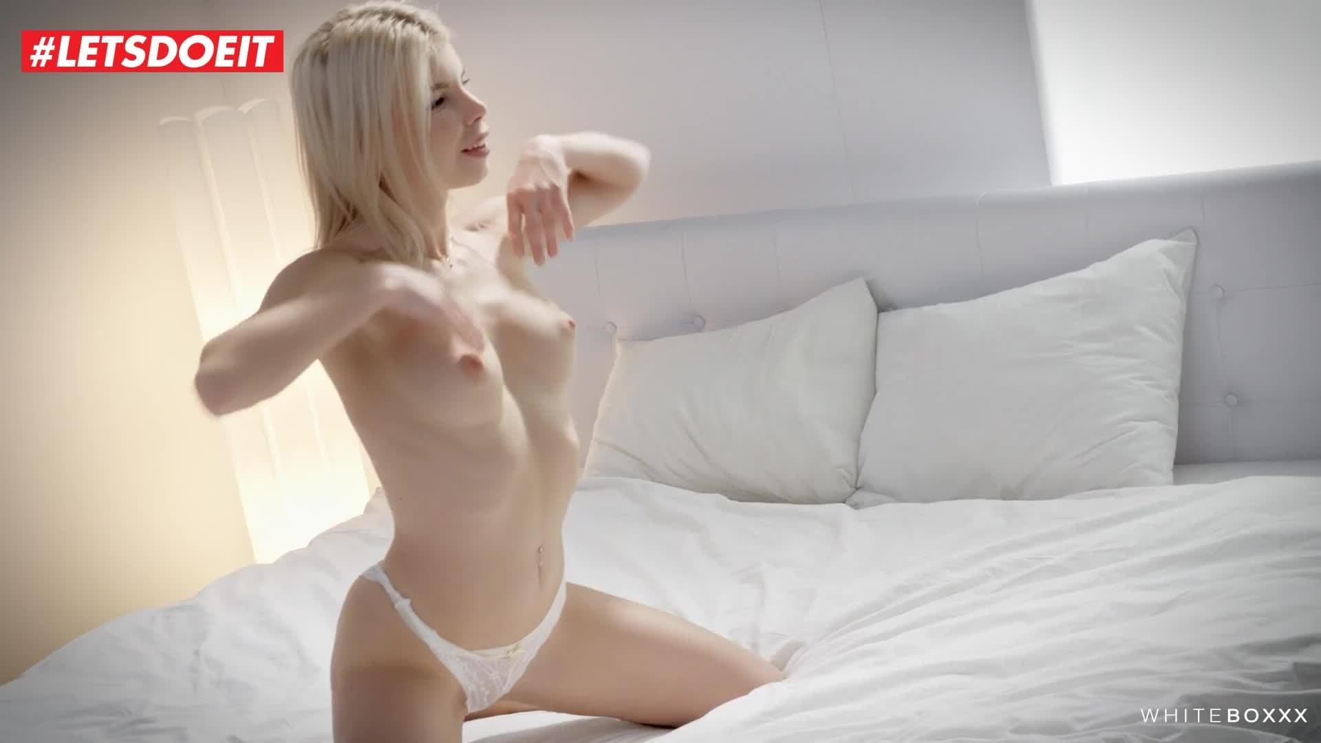Une belle blonde qui aime crier en baisant