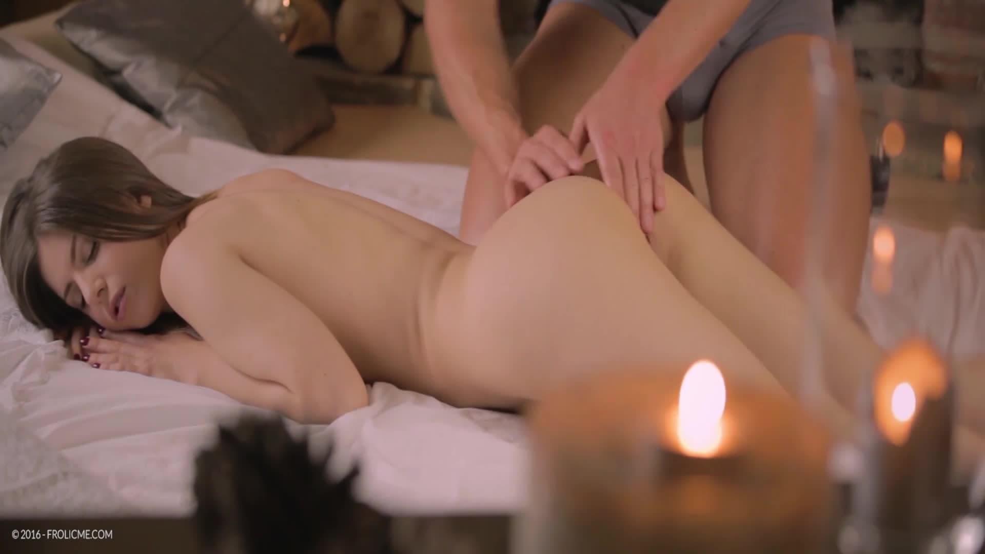 Stella Cox se fait masser près de la cheminée.