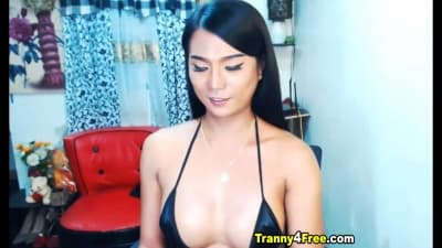 Tgirl asiate se branle devant sa webcam