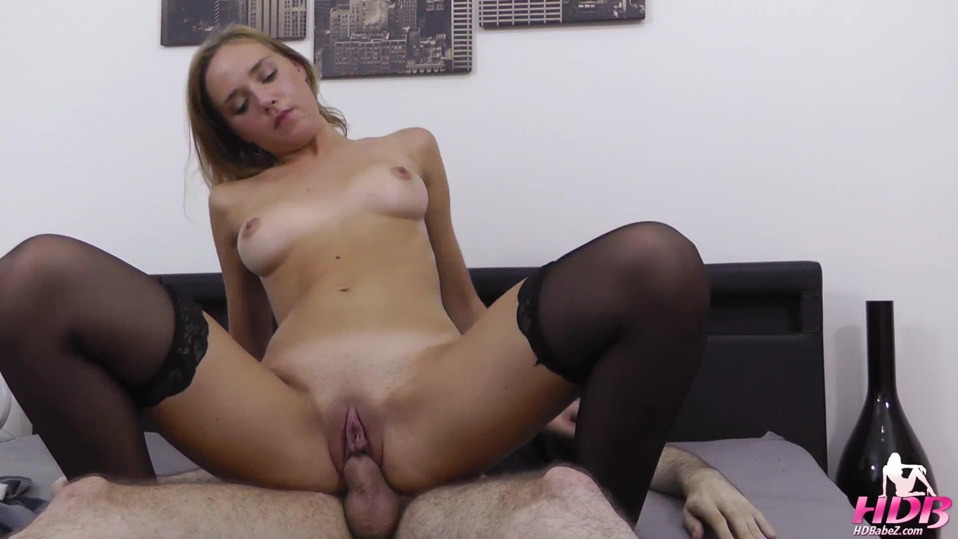 Une jeune avec une poitrine de qualité