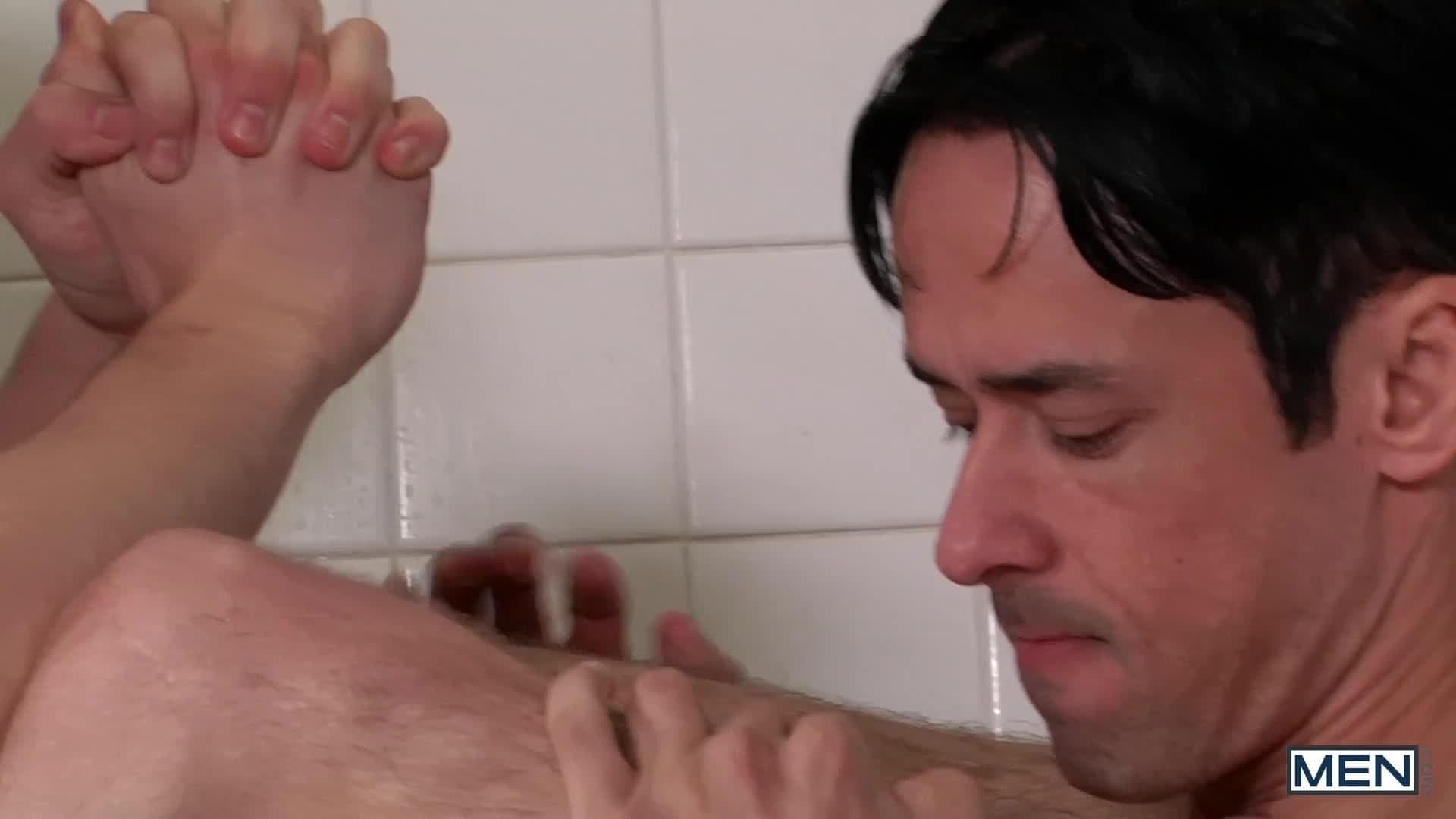 Deux prisonniers baisent sous la douche
