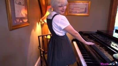 Une pianiste se déshabille en douceur !