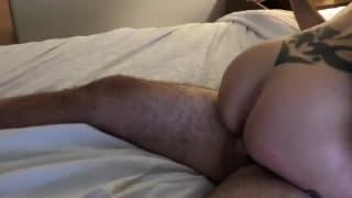 Blondinette coquine se déshabille et se claque le cul à quatre pattes