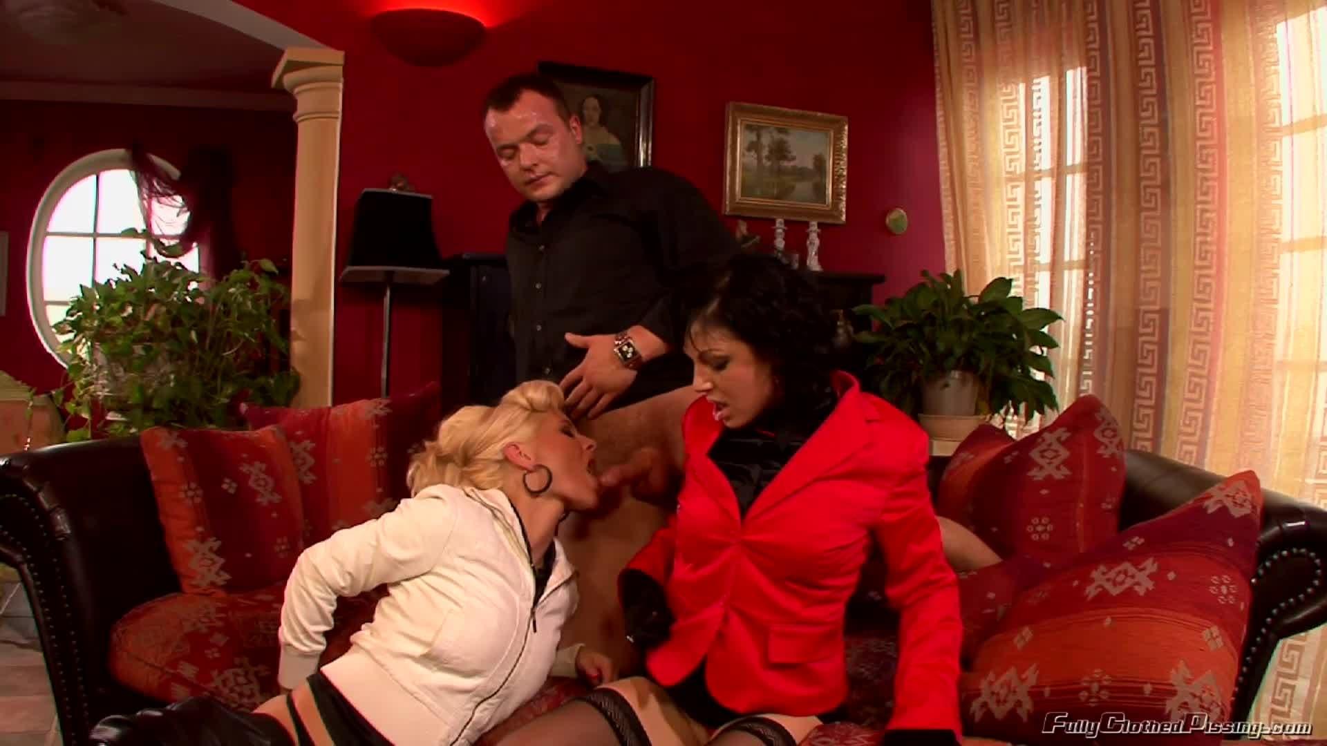 Tina Gabriel et Alexa Bold baisent avec le chauffeur et pissent