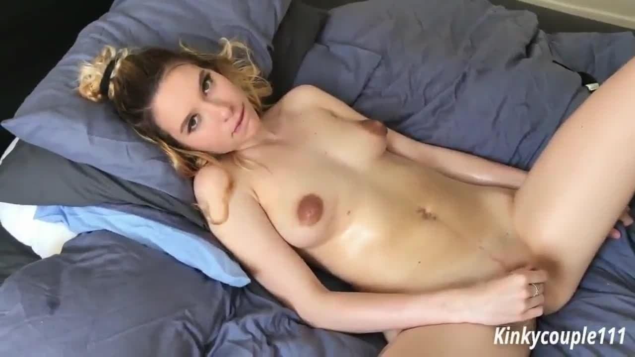 Cette blonde orgasme à répétitions et mouille !