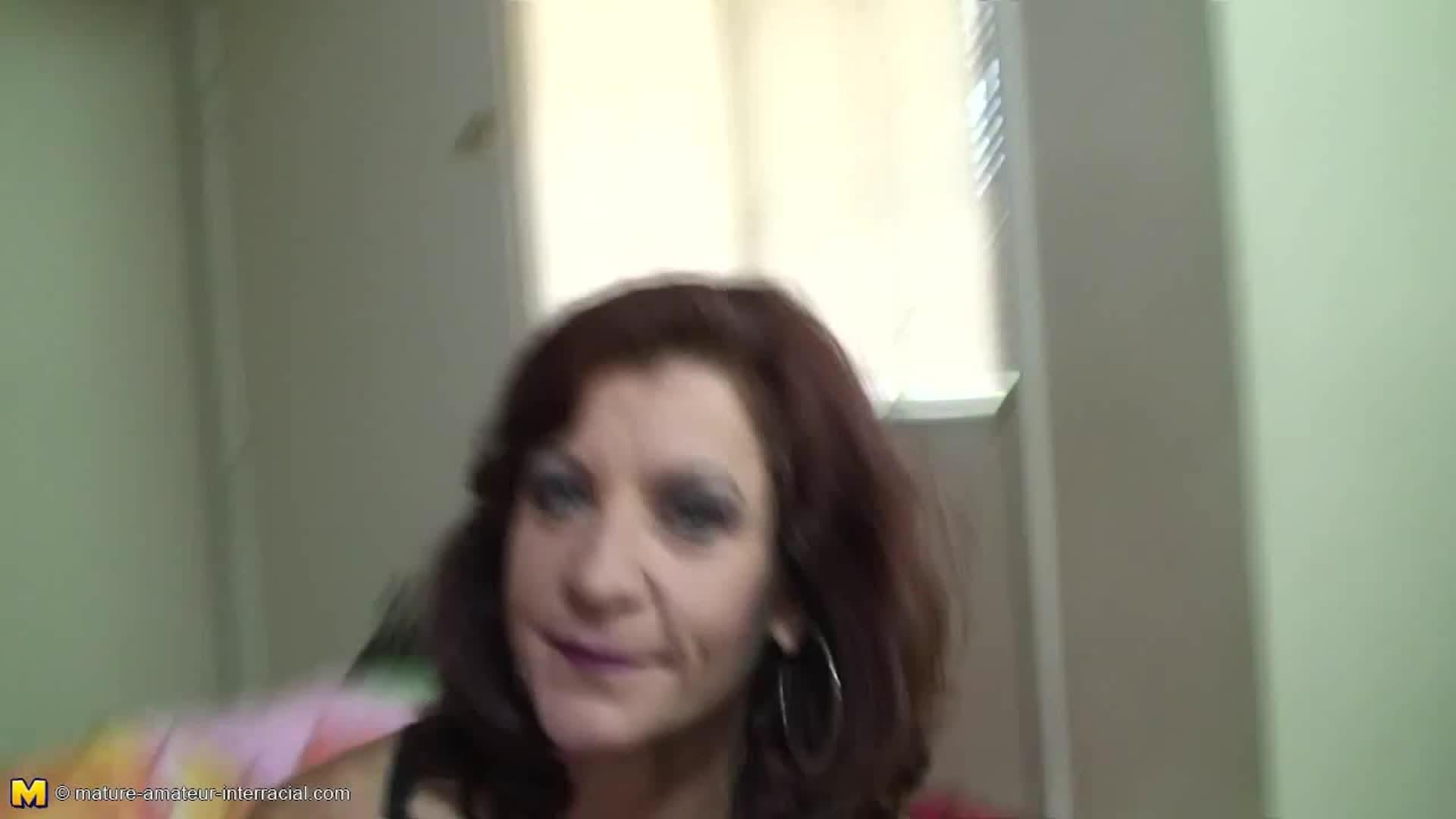 Une mamie excitée, suce ce black chaud