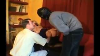 Jeune black fiste le vagin d'une mature qui est aux anges